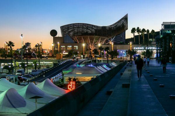 Le casino est situé au centre du Port Olympique